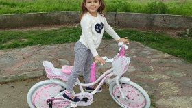 Elif Yeni Pembe Beyaz Bisikleti İle Parkta.bu Bisiklete İsim Arıyoruz.eğlenceli Çocuk Videosu