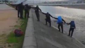 Kanala Düşen Köpeği El Ele Verip Kurtaran İnsanlar