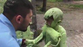 Sefa Kındır'ın Yeşil Uzaylı Dansı Akımına Son Noktayı Koyması