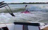 Çılgın Adamın Kanoyla İki Tekne Arasında Sörf Yapması