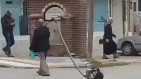 Elektrik Süpürgesiyle Yürüyüşe Çıkan Dayı