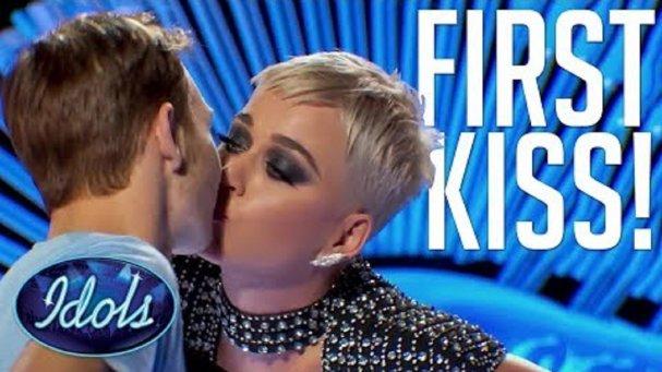 Katy Perry Yarışmacıyı Dudağından Öptü