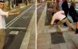 Şakacı Adamın Durakta Bekleyen Kadına Tekme Atması