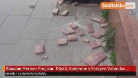 Binadan Mermer Parçaları Düştü, Kaldırımda Yürüyen Vatandaş Ölümden Saniyelerle Kurtuldu