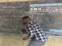 Ganalı Öğretmenin Kara Tahtada Bilgisayar Öğretmesi