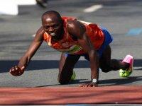 Kenyalı Atlet Michael Kunyuga'nın Maratonu Emekleyerek Tamamlaması
