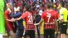 Eskişehirspor Teknik Direktörü Yılmaz Vural Oyuncusu Semih Güler'in Boğazını Sıktı