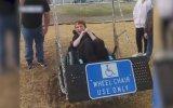 Tekerlekli Sandalyeyle Salıncağa Binen Çocuğun Mutlu Olması