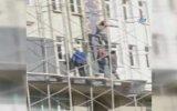 İnşaat İşçilerinin Örümcek Adam Gibi İskeleden Aşağıya İnmesi