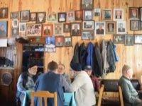 Ölen Müşterilerinin Fotoğraflarını Duvarında Sergileyen Esnaf