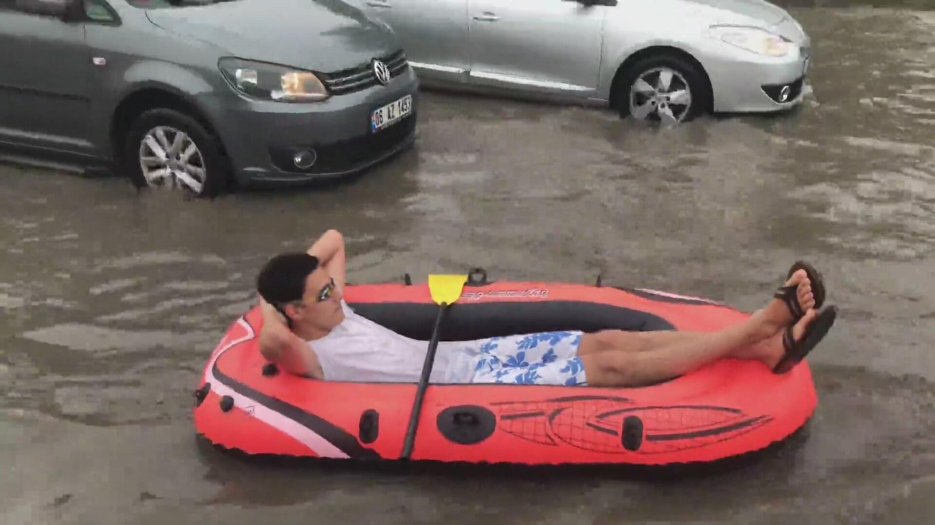 Ankara'da Göle Dönen Sokakta Rafting Yapan Genç | İzlesene.com
