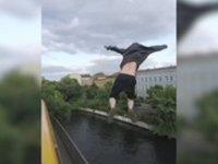 Çılgın Gencin Trenden Nehire Atlaması