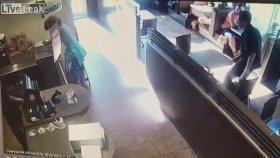 Kızgın Kadının Kahve Dükkanını Bok Yağmuruna Tutması