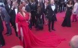 Cannes'da Eteğine Basılıp İç Çamaşırı ile Kalan Manken
