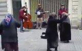 İstiklal'de Caz Müzik ile Coşan Teyzeler