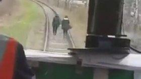 Tren Yolunda Yürüyen Kızları Korkutan Çılgın Makinist