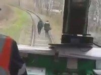 Tren Yolunda Yürüyenlerin Aklını Alan Makinist - Rusya