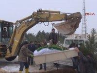 Cenazesi Kepçe Yardımıyla Defnedilen Vatandaş