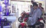 Motosiklet Üzerinde Tıraş Yapan Berber  Batman