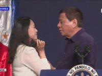 Göçmen İşçiyi Dudağından Öpen Filipinler Devlet Başkanı