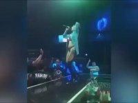 Şarkıcının Ayarlarını Kurcalayan Sapık Seyirci