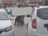 Seyir Halindeyken Motosikletle Buzdolabı Taşıyan Sürücü