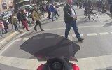Polisin Önünde Kırmızı Işıktan Geçmek