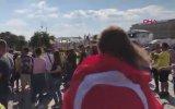 Türk Bayrağı ve Darbukayla Moskova Sokaklarını Gezen Rus Şarkıcı