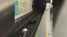 Hızla Gelen Metronun Önüne Yatmak