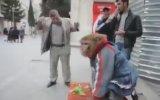 Maymun Karşısında Hünerlerini Sergileyen Sarhoş Dayı