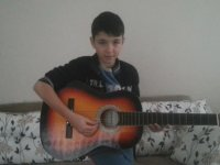 34 Aboneye Özel Gitar Çalan Çocuk