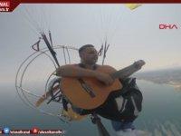Yamaç Paraşütünde Konser Veren Müzisyenler