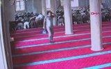 Pişkin Hırsızın Camide Namaz Kılan Şahsın Çantasını Çalması