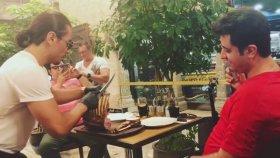 Nusret'in Et Şovunda Yere Kapaklanan Müşteri