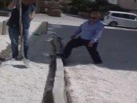 Mahalle Muhtarının Kaldırım Taşlarını Ayağıyla Yıkması