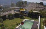 Helikopter Pilotunun Yüzme Havuzundan Ustalıkla Su Alması