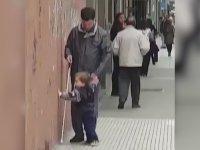Kör Babasına Kılavuzluk Eden Çocuk