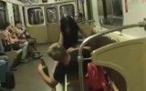 Metroda İlişkiye Girmeye Çalışan Sarhoş Çift