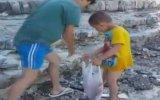 Sahili Çöp Yuvasına Döndüren Tatilcilere Tepki Gösteren Aile