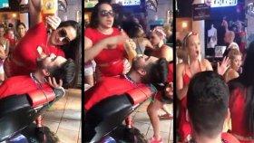 Kendini Avcı Seyirciden Koruyan Barmen Kadın