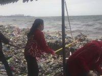 Körfez Kıyısındaki Çöplerle İnsanların Mücadelesi