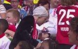 Feyenoord  Excelsior Maçında Tribünlerden Oyuncak Yağması