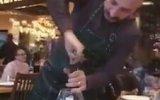 Şarap İkramı İçin Şekilden Şekle Giren Adam