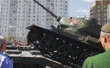 Tankın Askeri Geçit Töreninde Devrilmesi