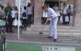 Belediyenin Önünü Süpüren Karacabey Belediye Başkanı