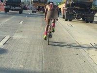 Yolun Ortasında Çıplak Bisikletli