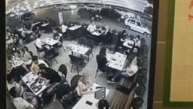 Adana'da Starbucks'a Son Sürat Giren Araç