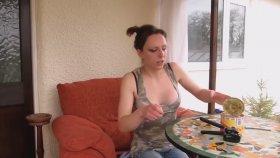 Kadının Ringa Balığını Yemeye Çalışması
