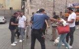 Taksim Meydanı'nda Kızların Omuz Atma Kavgası