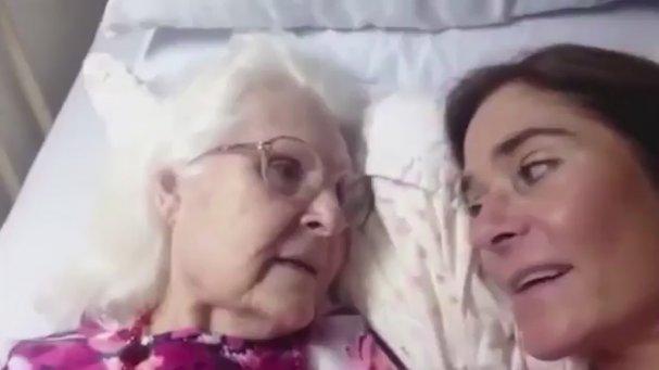 Alzheimer Hastası Anne ile Kızının Duygulandıran Sohbeti